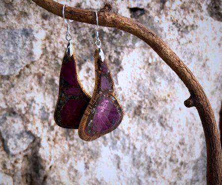 """boucles """"entrecotes"""" et incrustation de rubis brut dans du bois de charme"""