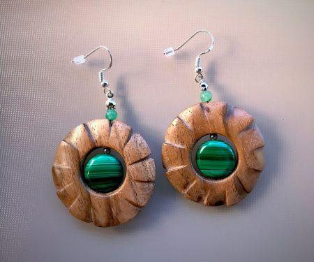Boucles d'oreilles en bois et pierres vertes